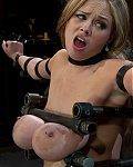 Blondes Busenwunder wird hilflos auf eine Fickmaschine gefesselt und ihre Riesentitten werden schmerzhaft in die Tittenpresse eingespannt.