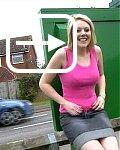 Hübsches Teengirl pisst in der Öffentlichkeit